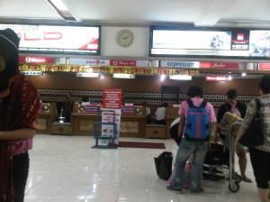 Gue ternyata terlalu dini sampe di bandaranya, pesawat gue jam 4, gue jam 2 uda nyampe bandara aja hahaha