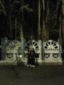 Mama dan adik gue poto dibawah beringin :D
