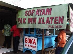 Makanan fav gue, lumayan enak kok, seporsinya nasi sop 5rb rupiah, klo yg pisah 8rb :D